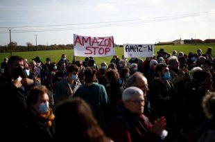 احتجاجات ضد أمازون